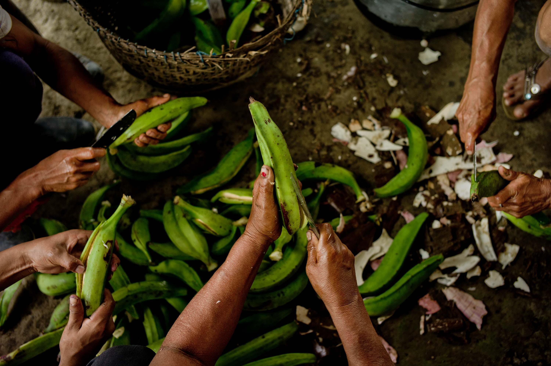 Kicha women prepare a meal. Napo Province, Ecuador. Creative Commons, Tomas Munita, CIFOR, 2013.