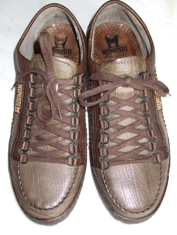 The correct way to tie your shoes is the horizontally aligned square knot (right shoe)