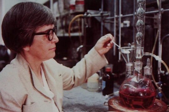Stephanie Kwolek working in her chemistry lab at DuPoint in the 1980s.